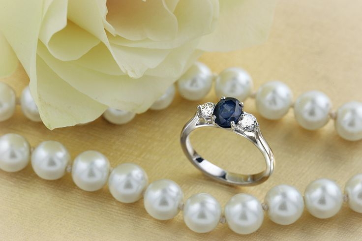 Inel cu Safir si Diamant Dama Aur Alb 18kt cu un Safir Oval si 2 Diamante Rotund Briliant in Setare Gheare - RDS567W