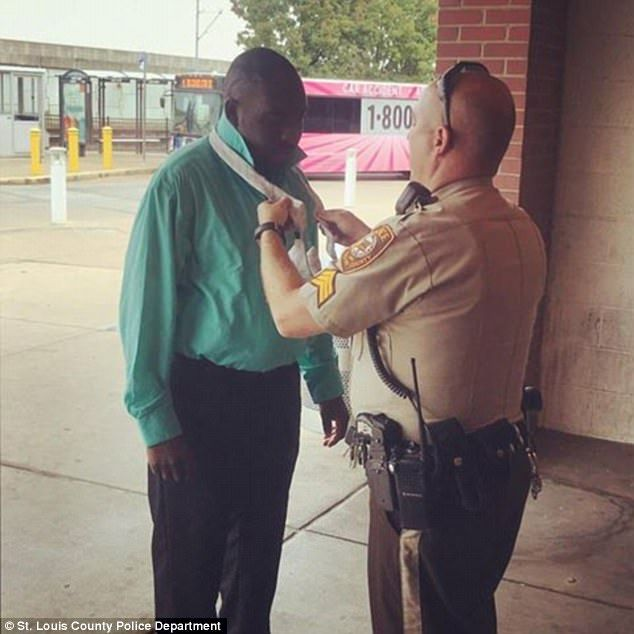 St. Louis County police sergeant helps man tie his tie - https://buzznews.co.uk/st-louis-county-police-sergeant-helps-man-tie-his-tie -