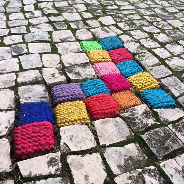 Partyzantka robótkowa...yarn bombing guerilla knitting street art knitted cobble stones