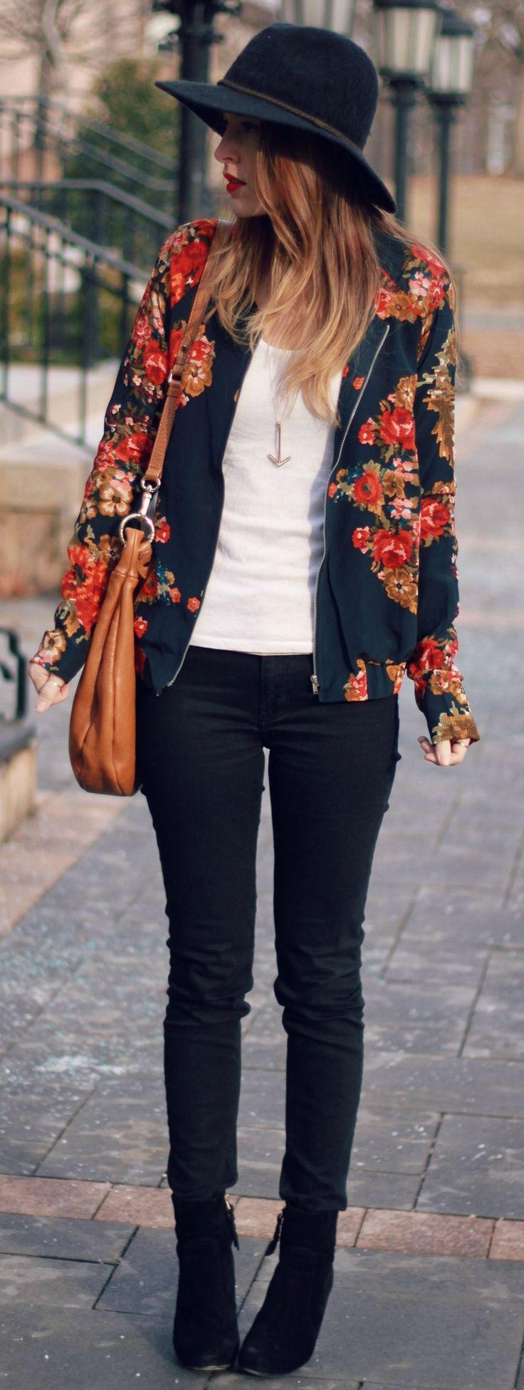 Em meio a cores sóbrias, a jaqueta floral se destaca!