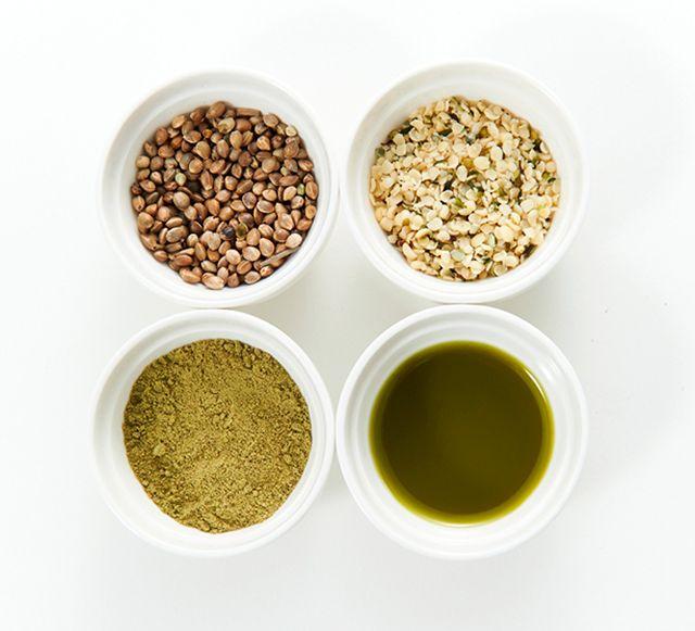 左上から時計回りに、殻付きの麻の実(ヘンプシード)、殻をとった麻の実ナッツ、殻ごと油を絞った麻の実油、油を絞ったあとに殻ごと粉末にした麻の実パウダー