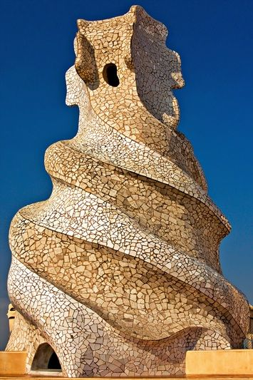 Casa Milà by Antonio Gaudi in Barcelona - A cave-like entrace; only one window. This seems to easy. There must be many terrors between the portal and the pinnacle.