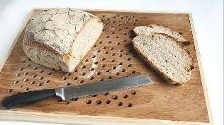 (Quelle: Privat, Martina Lammel) Brotschneidebrett mit Krümelfang