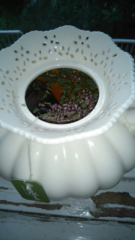 Iltapäivän tee - rooibos, mustaherukka ja kanerva.