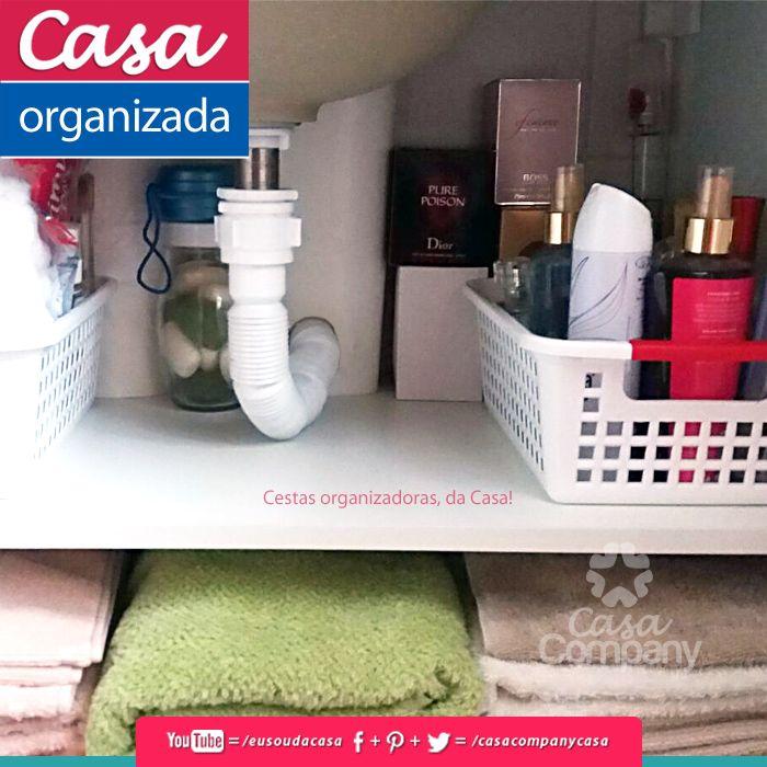 Pequenas cestas podem organizar a nossa bagunça diária, como por exemplo no a -> Organizar Armario De Banheiro