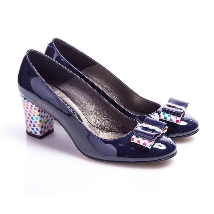 Pantofi de damă lucraţi manual, bleumarin lăcuit cu accente jucăuşe, curcubeu la…