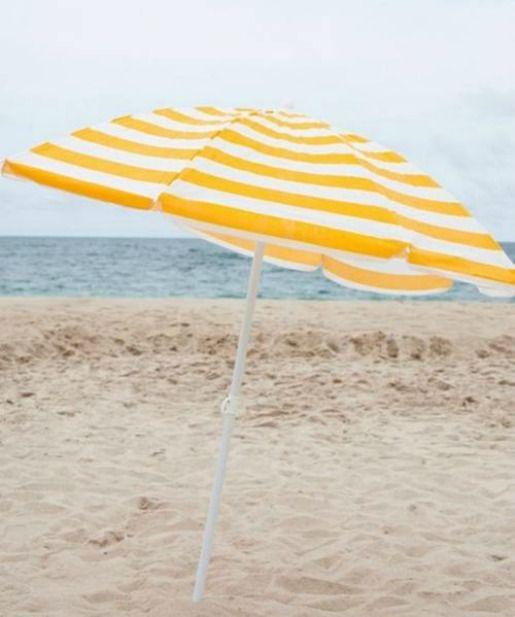 Gele paraplu op het strand! Yesss!