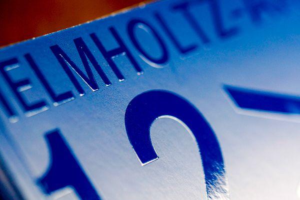 Für die 60-seitige Broschüren haben wir das hochwertige Bilderdruckpapier BVS von Scheufelen eingesetzt. Dieses Papier ist oft die erste Wahl, wenn es um die Produktion anspruchsvoller und klebegebundener Druckprodukte geht. Den 6-seitigen Umschlag haben wir partiell UV lackiert und anschließend an der Kama blindgeprägt. Das Ergebnis ist großartig und zeigt, wie Druckveredelung, Drucksachen Lebendigkeit einhauchen können.