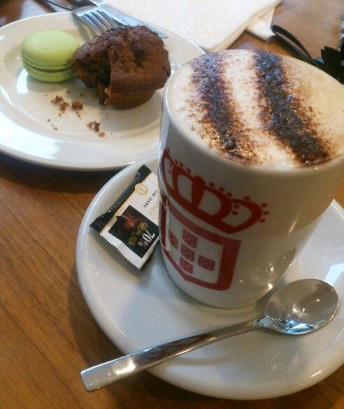 Coffeedate with #honey... #vidaecaffe #coffeeholic #caffelatte with choco powder #macarons #lindt #muffin