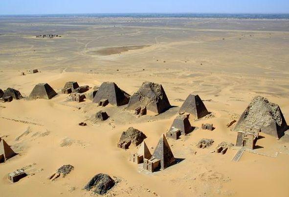 Royaume de Koush - Vue aérienne des pyramides nubiennes du site de Méroé, dans l'antique Nubie égyptienne, et l'actuel Soudan.
