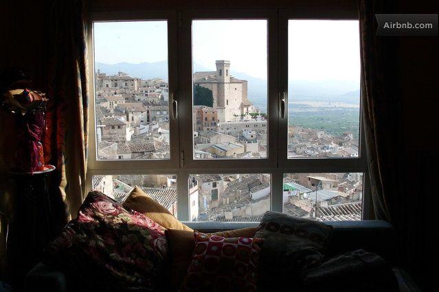 Casa con encanto y con 4 habitaciones con cama de matrimonio,2 baños,cocina completa,comedor,salon con vistas y chimenea,terraza y patio. En...