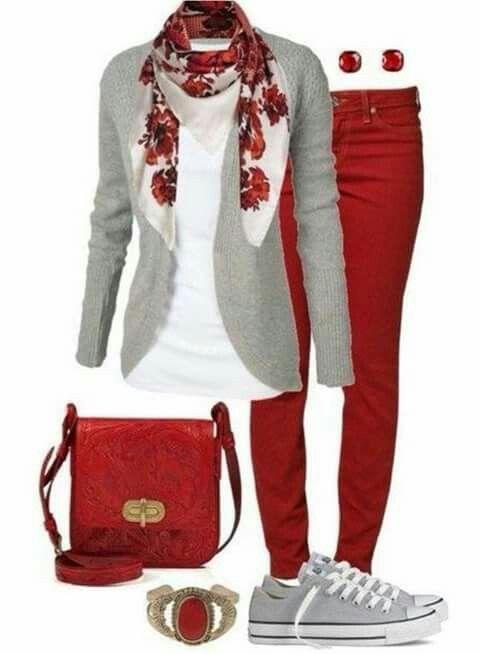Calça vermelha, lenço estampado e casaquinho mescla