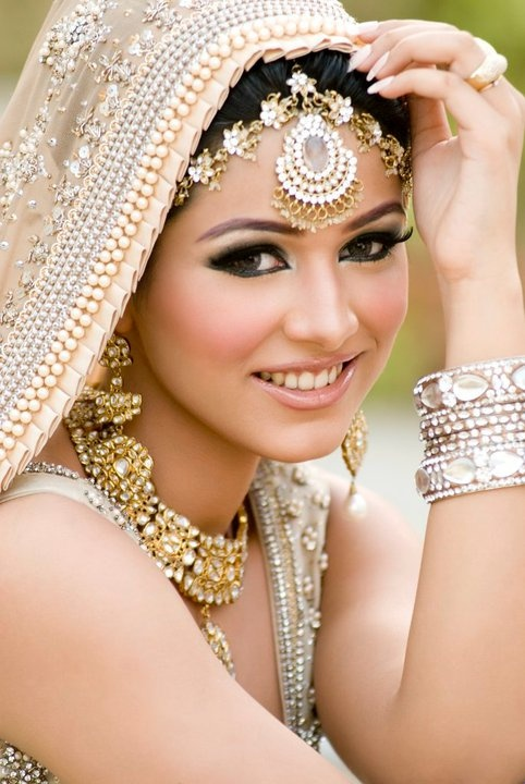 Stunning makeup and cream sari colors