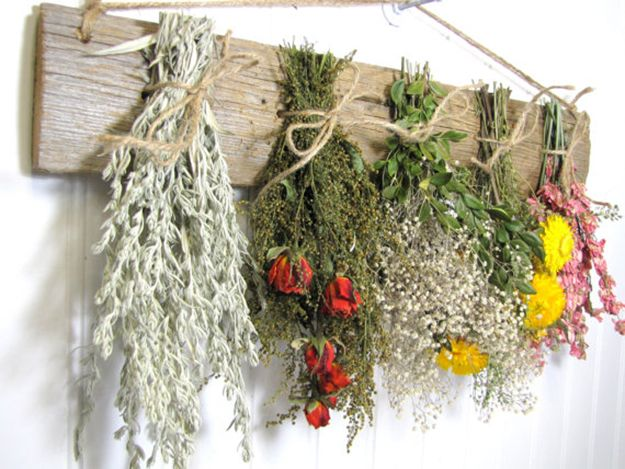 Dried herb and flower wall hanger is one of 7 great ideas on what to make using dried herbs. Check it out >> diyready.com/diy-projects-things-you-can-make-using-dried-herbs/