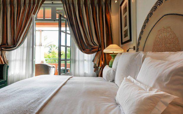 Obficie drapowane zasłony w sypialni