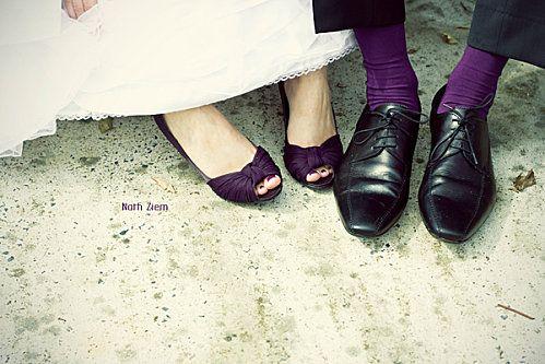 chaussures mariée violettes avec chaussettes du marié assorties