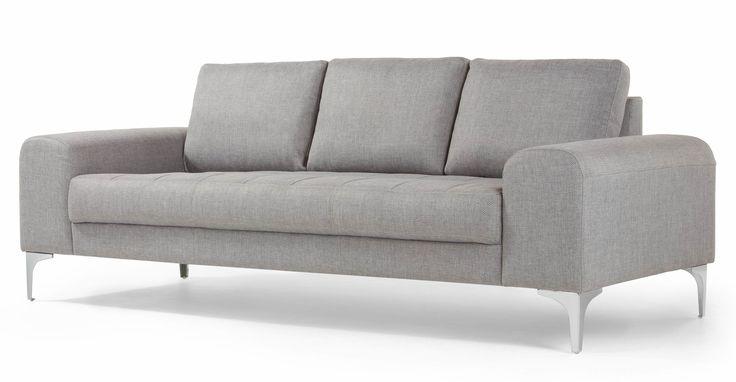 Il divano 3 posti Vittorio in color grigio perla aggiunge un tocco di stile italiano al tuo ambiente.