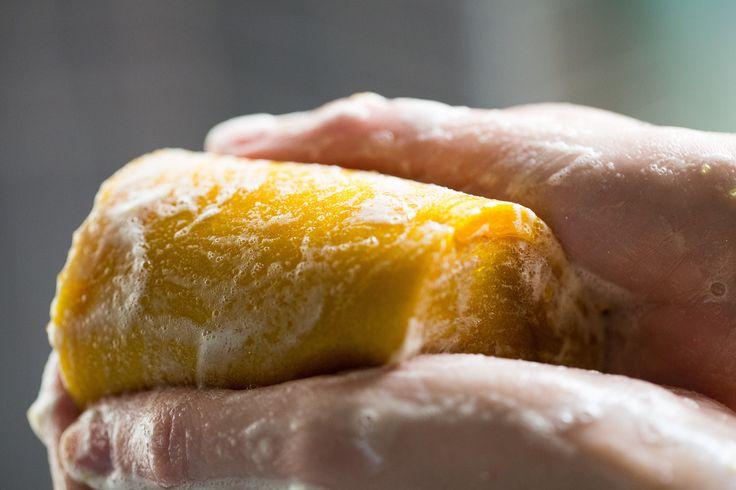 Pot O'Gold showerjelly.  Gelukkig kun je nu gewoon zelf voor je pot met goud zorgen: Pot O' Gold is een schitterende jelly met een hemelse geur. In Pot  O' Gold hebben we ananassap verwerkt. De geur is geweldig, vanille, mirre en zoete sinaasappel. (Als je ons al wat langer kent: Pot O' Gold heeft de geur van onze vroegere bodylotion Crème Anglaise!)
