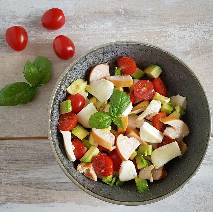 Salade met gerookte kip, avocado, mozzarella, tomaat en basilicum. Heerlijk als snelle lunch, ook op het werk!