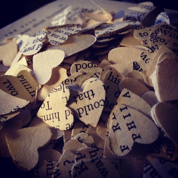 confettis coeur réalisés avec des pages de roman (d'amour) pour mariage vintage