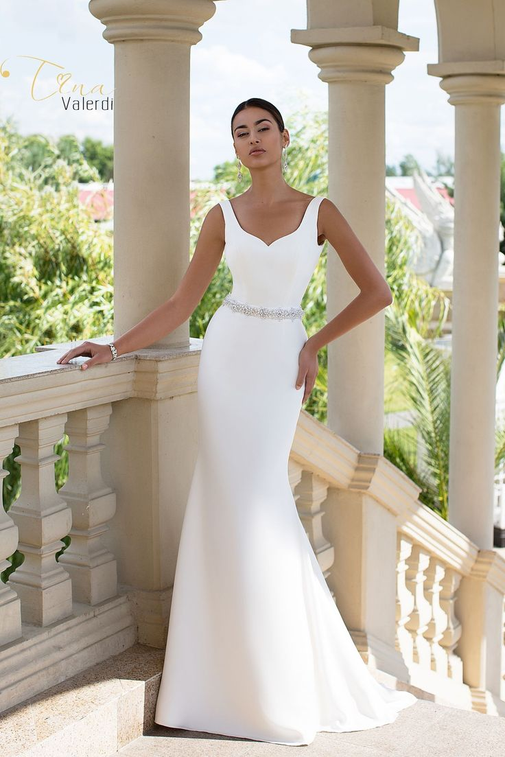 Jednoduché elegantné svadobné šaty zdobené opaskom v štýle morská panna