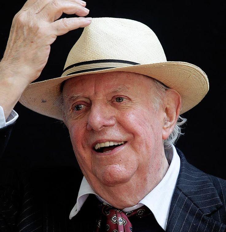 † Dario Fo (90) 13-10-2016 Toneelschrijver en Nobelprijswinnaar Dario Fo (90) overleden Uitgerekend op de dag dat het Nobelcomité in Stockholm de winnaaar van de Nobelprijs voor de Literatuur bekendmaakt, overleed Dario Fo, de Italiaanse toneelschrijver, regisseur en acteur die in 1997 de prestigieuze letterenprijs won. https://youtu.be/XnN-igGYLVI