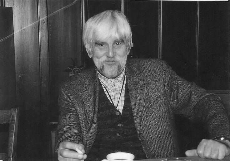 """POEMELE MELE  Petre Stoica din """"COPLEŞIT DE GLORIE"""" (1980)  Vai cât de mult vă înşelaţi vai poemele mele nu au strălucirea cozii de păun şi nici gust de migdale nu au iartă-mă frumoasă domnişoară ilfoveană  ştiu că-ţi plac sonetele stropite cu eau-de-cologne şi iartă-mă iubite profesor de liceu ştiu că adori poemele al căror sens e obscur altfel privirea nu ţi-ar fi încruntată până şi în clipele în care faci amor şi iertaţi-mă cu toţii voi care acolo sus în balcon v-aţi aşteptat să arunc din…"""