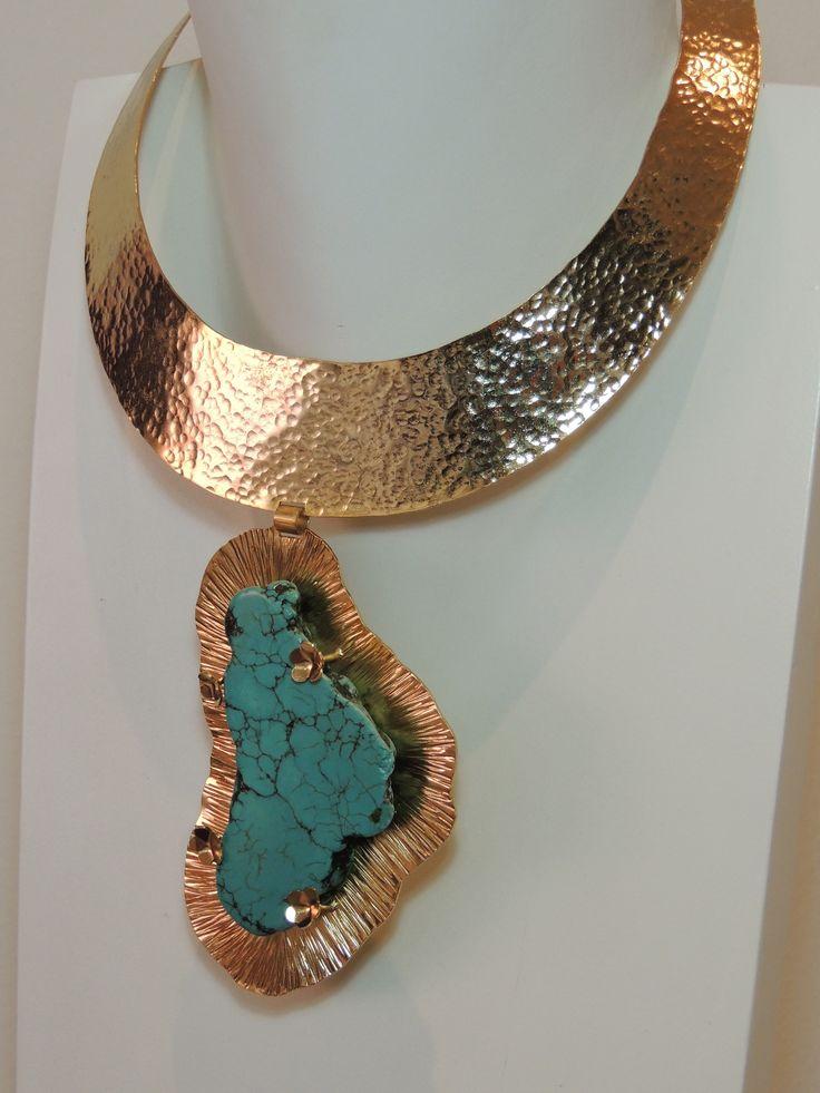 Collar gargantilla en bronce con baño en oro y turquesa.