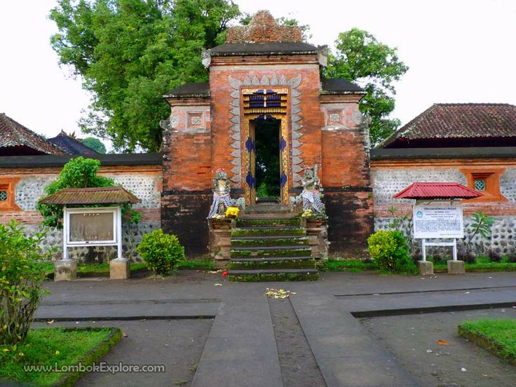 Kemaliq Lingsar (Lingsar temple), West Lombok, Indonesia. For more information, please visit www.LombokExplore.com.