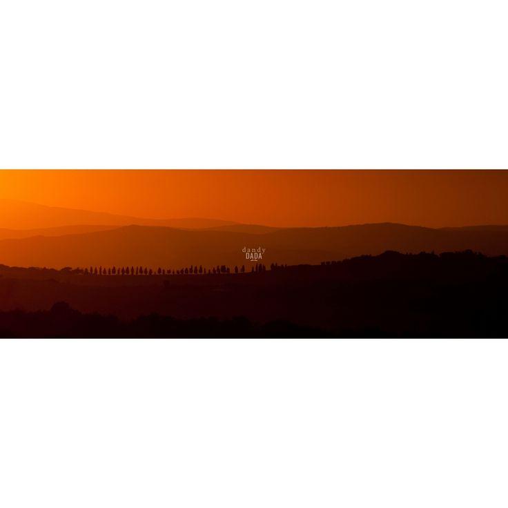 """Diptychon sunset L'opera """"Diptychon sunset"""" di Alberto Fanelli appartiene alla collezione """"Toscana"""". Parte di dittico realizzato da Alberto Fanelli in Val d'Orcia nel 2012. L'autore crea profondità, sfruttando la morfologia del paesaggio e la luce del tramonto.  Val d'Orcia, 2012."""