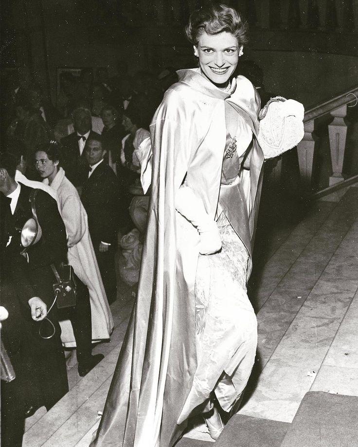 Η Μελίνα Μερκούρη στο φεστιβάλ των Καννών το 1955, όταν την ερωτεύθηκε ο Ζιλ Ντασέν #elenasdiary #melinamercouri #cannes #cannesfilmfestival #greekactress #greekicon #beautifulpeople #greekdiva #fiftiesstyle #vintageredcarpet