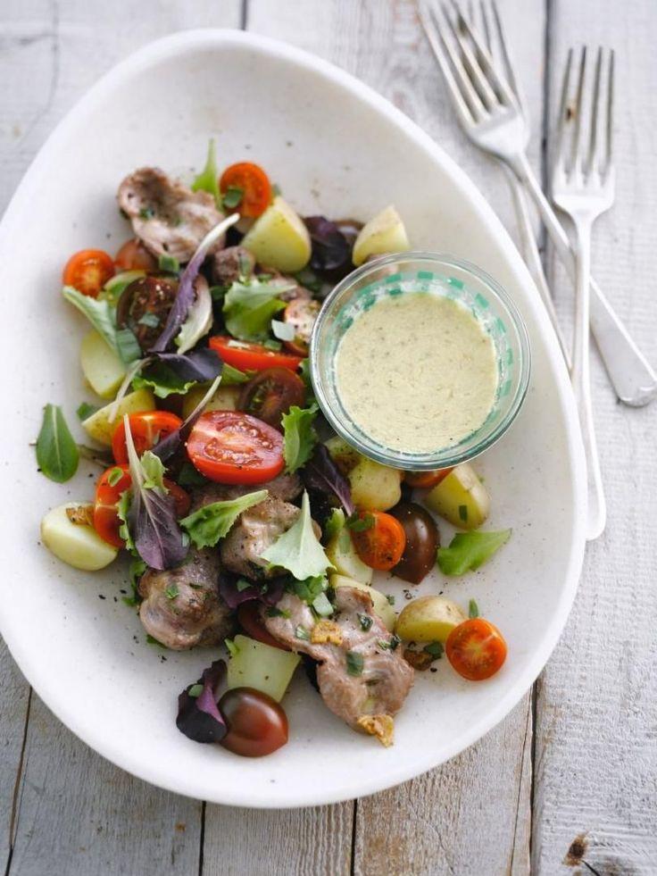 bereiden: Maak eerst de mosterddressing door alle ingrediënten goed te mengen. Breng op smaak met versgemalen peper en zout. Was de aardappelen en kook in gezouten water gaar. Giet af en snijd in dunne plakjes. Bak de kippenmagen met de knoflook kort in een hete pan. Kruid met peper en zout en 2 el gehakte dragon. Blus met 1 el wittewijnazijn. werk af: Schik de salade, tomaten en aardappelen op de borden. Leg er de gebakken kippenmagen op en besprenkel met de mosterddressing en de rest v...