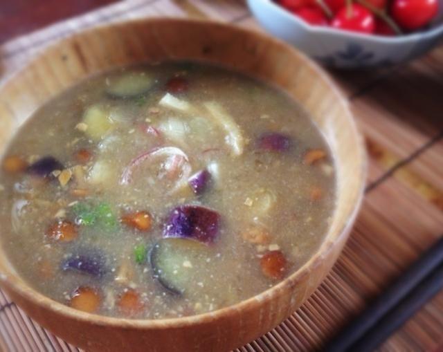 (納豆湯)  引き続き柚子胡椒キャンペーン中です  実家の山形で冬によく作る納豆汁を夏向きの具にし、柚子胡椒も入れてみました。  想像以上にピッタリな組合せでした 単純に普通の味噌汁も柚子胡椒入れると美味しいみたいです。万能ですね。 - 108件のもぐもぐ - 柚子胡椒入り夏の納豆汁 by machimachicco