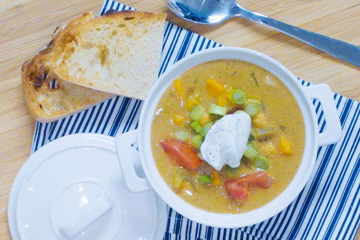 Vidéo - Chaudrée cajun aux patates douces et aux pois chiches—Une soupe-repas parfaite pour se réchauffer après avoir passé la journée à profiter des joies de l'hiver! On bonifie sa teneur en protéines en y ajoutant une bonne cuillerée de yogourt grec nature. Un délice!