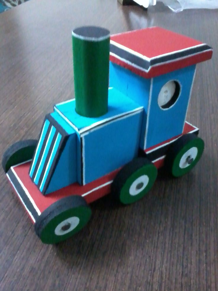 tren de juguete en madera reciclada.