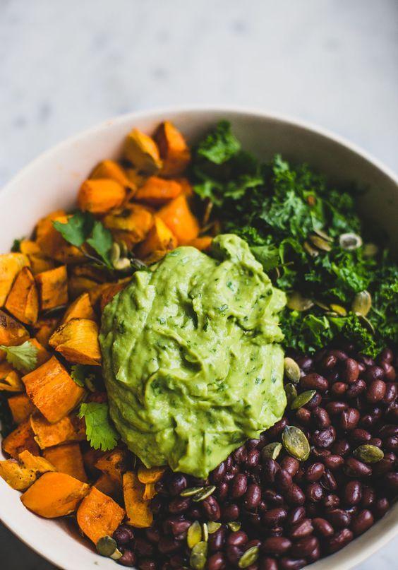 Mexicaanse boerenkoolsalade. Rauwe boerenkool is super gezond! Maak deze lekkere mexicaanse salade met zoete aardappel en romige avocadodressing.
