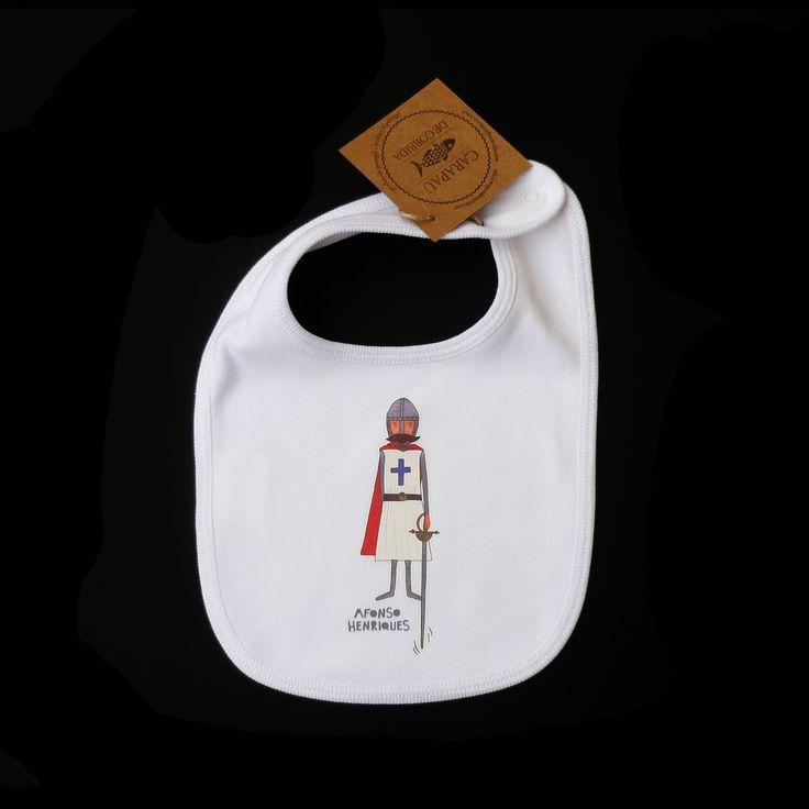 Babete branco, 100% algodão, com ilustração de Afonso Henriques estampada. Babete fabricado em Portugal.