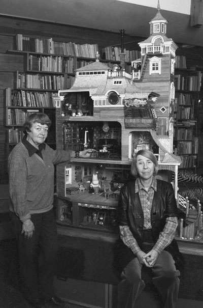 Too-Ticky (Tuulikki Pietilä) and Tove Jansson with their Moomin House model.