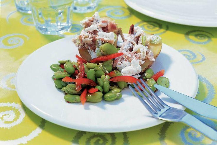 Kijk wat een lekker recept ik heb gevonden op Allerhande! Gepofte aardappels met makreel en tuinbonensalade