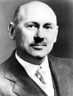 Robert Hutchings Goddard (Worcester, Massachusetts, 5/10/1882 – Baltimore, 10/08/1945). Ingeniero, profesor, físico e inventor a quien se atribuye la creación del primer cohete de combustible líquido, lanzado con éxito el 16/03/1926. Entre 1926 y 1941, él y su equipo lanzaron 34 cohetes, alcanzando alturas de hasta 2,6 km y velocidades cercanas a los 885 km.uno de los pioneros de la era espacial; 2 de sus 214 patentes fueron importantes bases para los viajes espaciales.