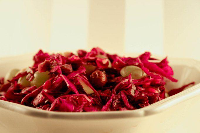 Rødkålsalat med granatæblekerner, dadler og nødder