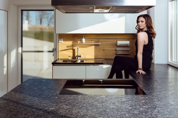 Die schlichte Natürlichkeit der ausdrucksstarken #Wildeiche verleiht dieser lichtdurchfluteten #Küche ein einzigartiges Flair! Naturstein mit Leather Look komplettiert das individuelle Design!
