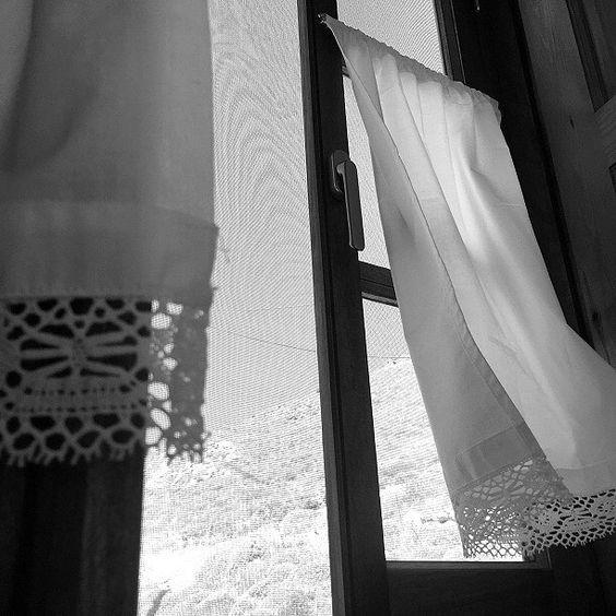 http://www.freewords.gr/002/ Είμαι ένας απλός, καθημερινός, αισιόδοξος άνθρωπος. Αλλά, δεν αντέχω τα παράθυρα χωρίς θέα. Τα παράθυρα βρίσκονται εκεί για να ταξιδεύουν τη ματιά... Ο Ελύτης
