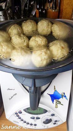 Semmelknödel (aus dem Varoma) 1 Zwiebel geviertelt 2 Essl. getrocknete, oder TK-Petersilie 20 gr. Butter 4 Mes...
