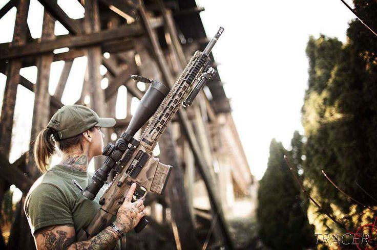 Avec son fusil d'assaut, elle chasse les braconniers qui attaquent les espèces en danger