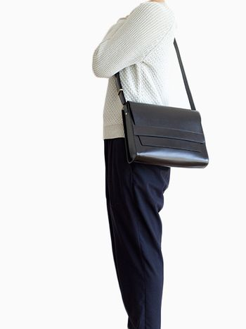 クラシカルなデザインのスクエア型のショルダーバッグ。上品なデザインで大人のカジュアルコーデを素敵に彩ります。