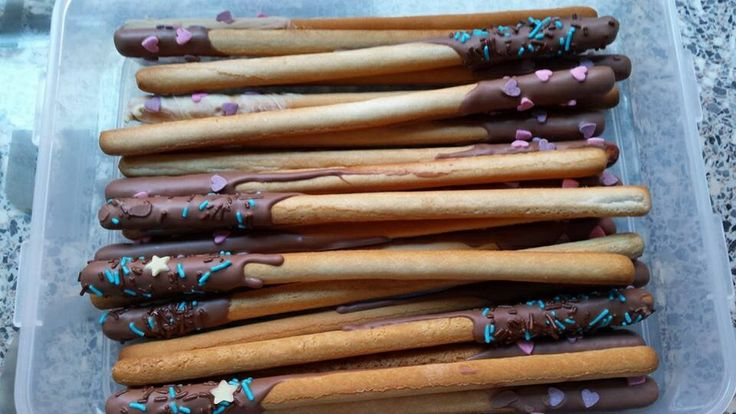 Traktatie met soepstengel chocolade en gekleurde snoepjes.