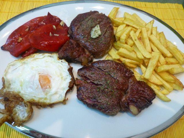 Plato combinado clasico solomillo, huevo frito, pimientos y patatas fritas
