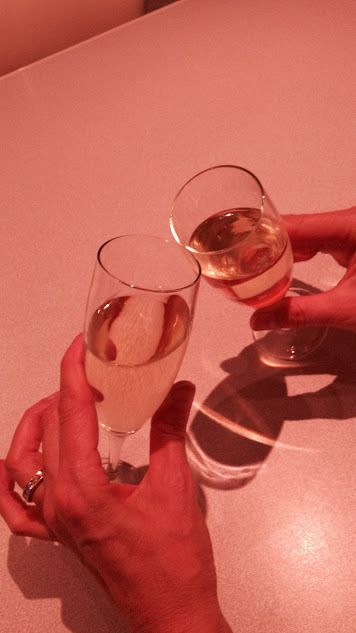 Coupes de Champagne Un algérien avec une grosse barbe et une djellaba est assis à côté d'un Versaillais BCBG dans un vol Paris-Alger. Après le décollage, l'hôtesse commence à servir des boissons aux passagers. Le Français demande une coupe de champagne....