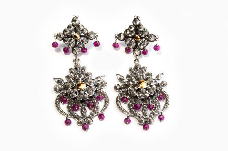 Brincos em filigrana de prata e ouro com rubis. Filigree earrings in silver and gold with rubies. http://www.marcocruzjoalheiro.com/